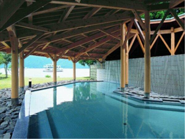 湖畔の温泉露天風呂