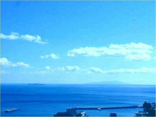 大観荘から見える風景、水平線に浮かぶ初島と、空が澄む季節は大島(右)もご覧頂ける絶景をお楽しみ下さい