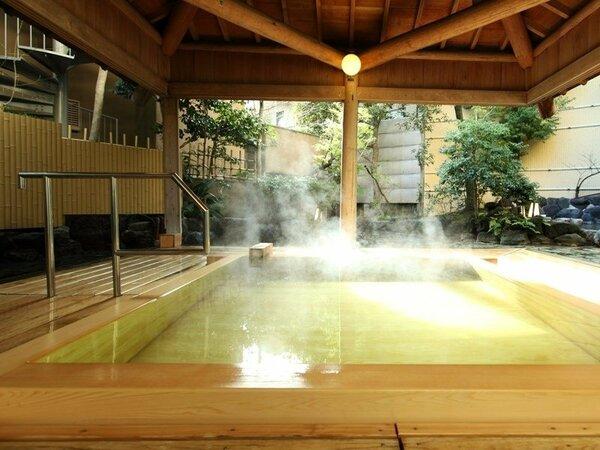 希少な高野槙を使用した露天風呂(男湯)