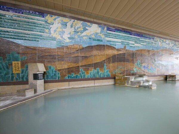 九谷焼陶板作品を一面に配した壁画大浴殿