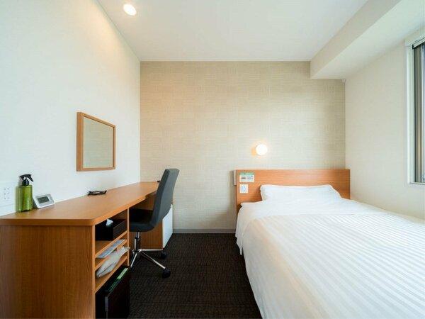 セミダブルルーム 150×200センチ ベッドを使用いたしております。