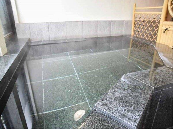 *客室の半露天風呂(一例)。とろりとした肌触りが自慢の温泉です。