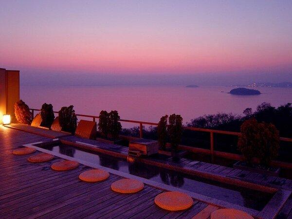 天空露天風呂『天音の湯』の足湯。夕日が沈む三河湾を眺めながらゆっくり流れる時間をお楽しみ下さい。