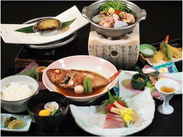 【2020年3月~】春の和食膳は、鮑の陶板焼きと地魚の姿煮をメインに、季節の食材を盛り込みました。