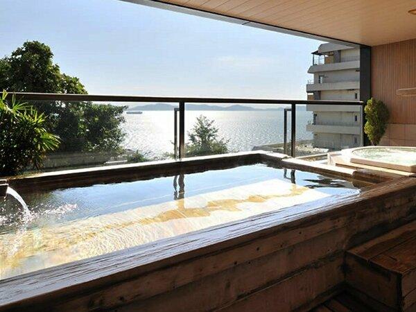 【波音の湯(婦人)|露天風呂】高台だからこそ味わえる絶景を楽しみながら湯ったりとご入浴下さい。