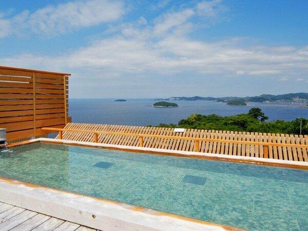 天空露天風呂『天音の湯』の露天風呂。三河湾を一望できるそのパノラマに圧巻。