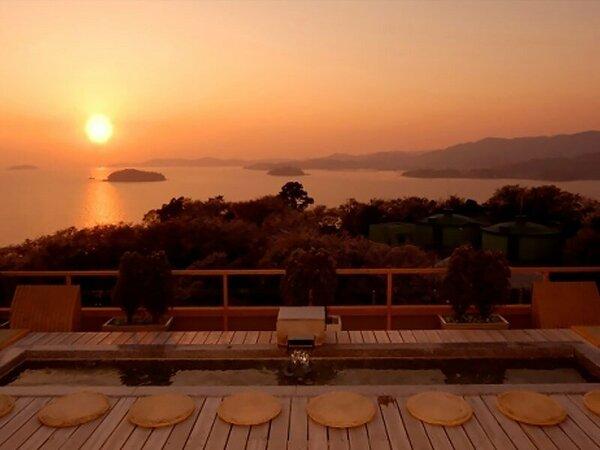 天空露天風呂『天音の湯』の足湯。三河湾の夕日を眺めながらゆっくり流れる時間をお楽しみ下さい。