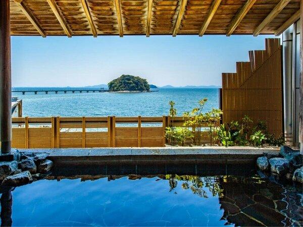 ~男性露天風呂 きららの湯~ 大浴場内から入れる露天風呂。眼前に広がる三河湾と竹島の眺望を。