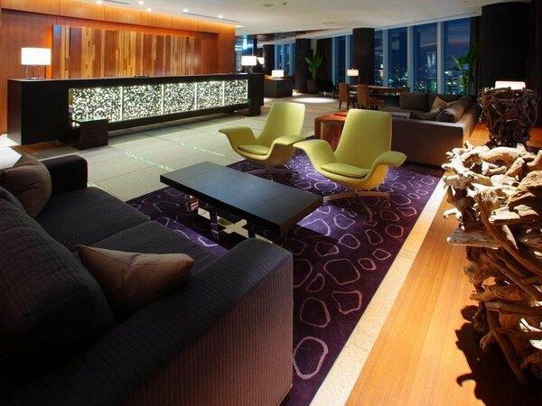 こだわりの家具で揃えられたフロントは16階に位置し、ご宿泊の皆様に素敵な景色をご覧いただけます。