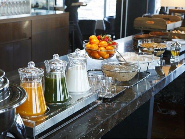 <ブッフェ台>スープ・ヨーグルト・シリアル・パン等を用意。ドライフルーツ・ナッツ等でお好みアレンジ。