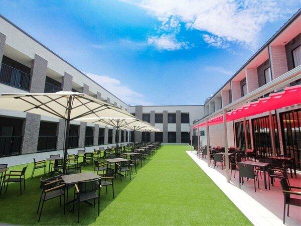 ホテル内レストラン:開放感のあるテラスと中庭