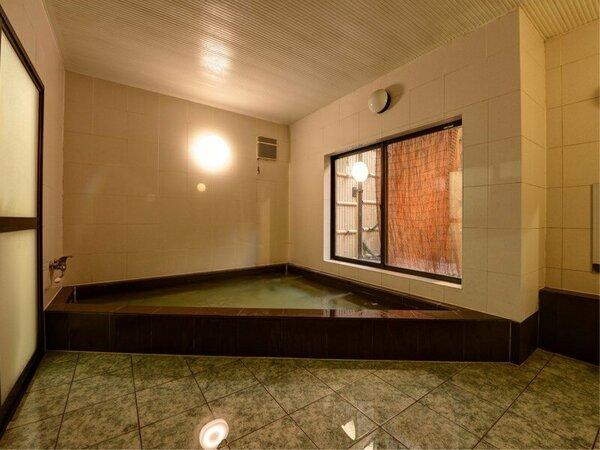 *【風呂】ゆったりとくつろげる大浴場。窓から小庭を眺めつつ、のんびり癒しの時間を満喫できます♪