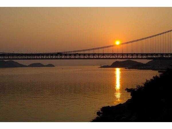 客室より瀬戸大橋と夕日を望む