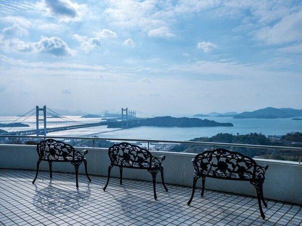 1階ロビーテラスからは、瀬戸内海の多島美と瀬戸大橋を一望できます。