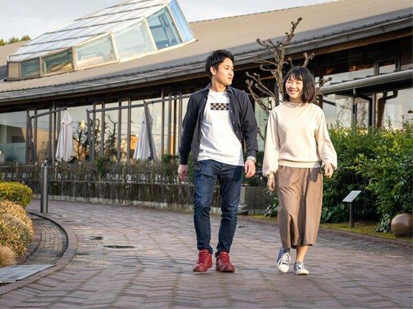 【武雄市図書館】ズラっと並ぶ本に圧倒!お散歩やカフェタイムもお過ごしいただけます