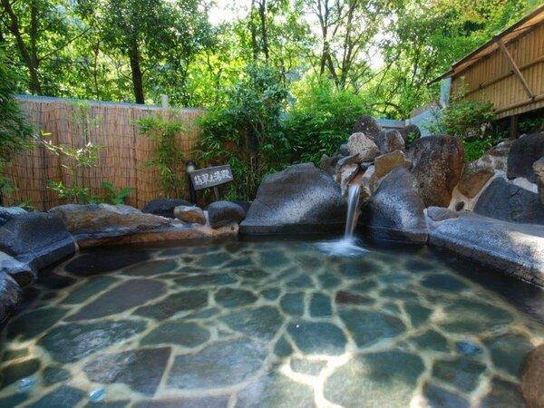 木立ちに囲まれた露天風呂。朝の木漏れ日の中での入浴が特にオススメです。