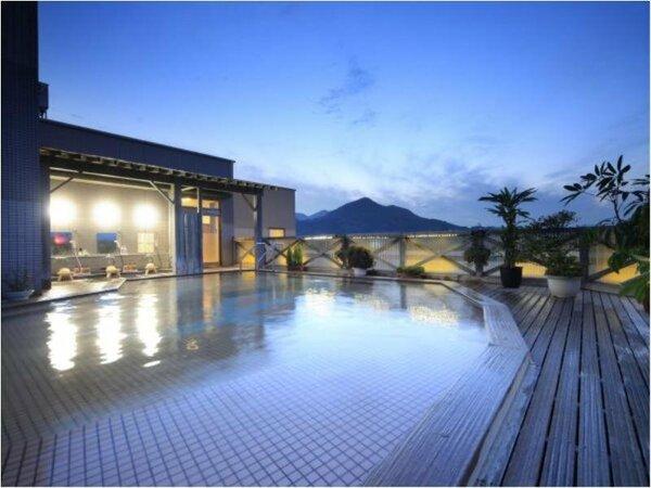 9階『空中露天風呂』(女性用)。夜には星空のもと、贅沢な湯浴みが愉しめる。