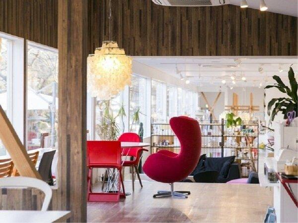 大きなガラス張りのカフェは、窓向こうは桜並木と川が見えてのんびりした雰囲気の中、お食事ができます。