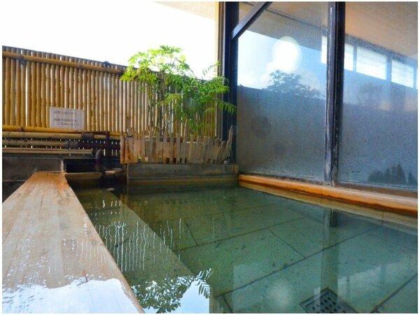 大浴場併設の露天風呂も、源泉100%の極上湯を堪能することができる。