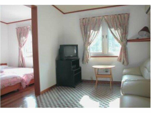 洋室4ベッドルームはきれいなフローリング、洗面・トイレ・ソファ・エアコン完備で快適。ペット入室可
