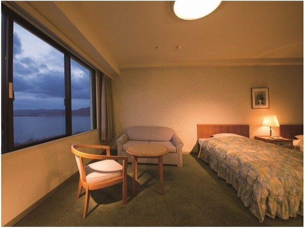 天橋立を望む洋室ツインルームのお部屋一例。広々とした36平米のお部屋です。
