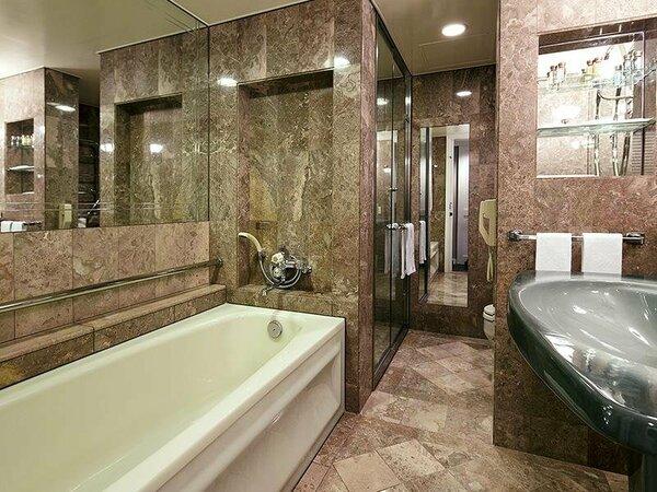 *【洋室バスルーム】イタリア産の総大理石造り。気持ちも体もゆったりとお過ごしいただけます。