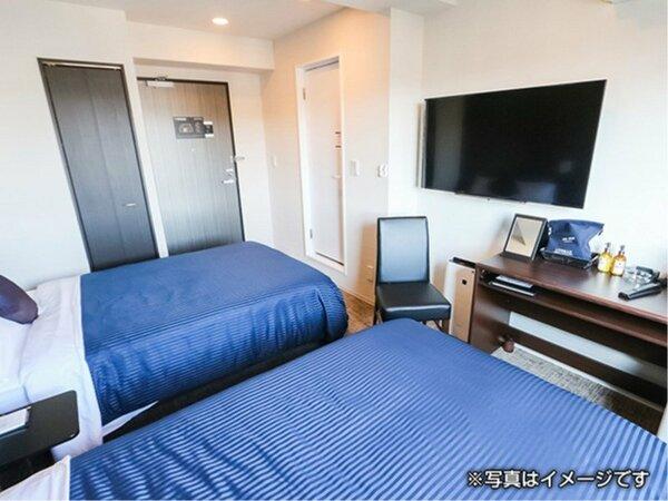 ツインルームの御紹介です。全室4K対応テレビ・スランバーランド製ベッドを導入しております。