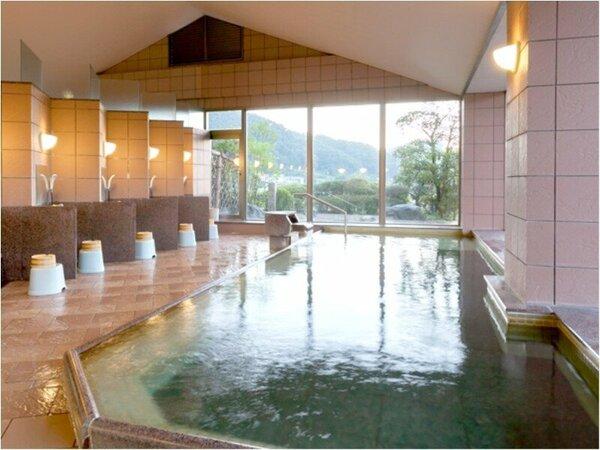 展望風呂:湯郷温泉街を一望する「展望風呂」。大きな窓より外の眺めを楽しみながら、癒しの時を・・・。