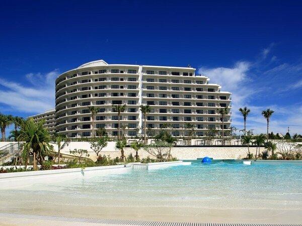 美しいビーチとたっぷり遊べる4つのプール。ビーチもプールも楽しめるのが、ホテルモントレ沖縄の魅力!
