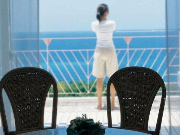 バルコニーから眺めるエメラルドグリーンの海