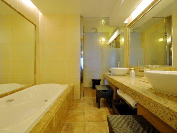 バスルームは、独立したシャワーブースと洗面シンクを2台ご用意しております。
