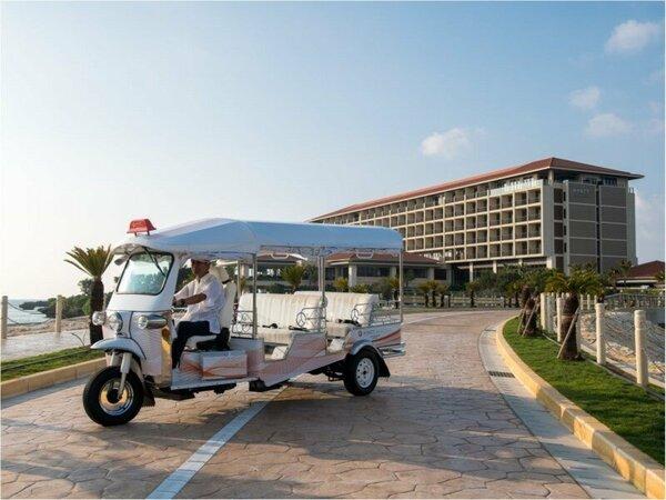 ホテルオリジナルのトゥクトゥクに乗り換えて瀬良垣島へご案内します。