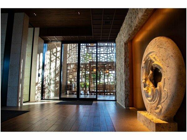 長い歴史を持つ琉球石灰岩を用いたオブジェが皆様を歓迎してお迎えします。