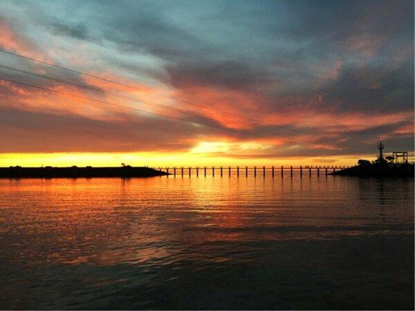 敷地内「海上遊歩道」と紅く染まる夕焼け空