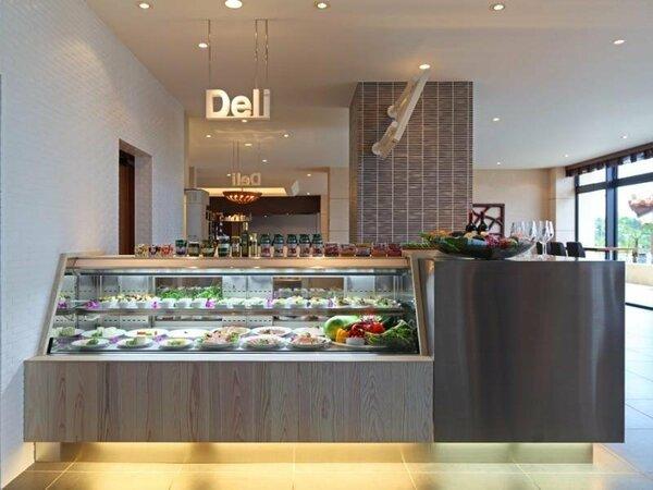 【Deli】テイクアウト可能なデリカッセン。ケーキなどデザートもございます。