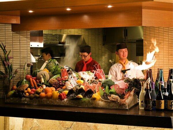【餐火讃花】調理風景をご覧いただけるライブキッチンスタイル。料理が豪快に焼きあがる様は迫力満点です。