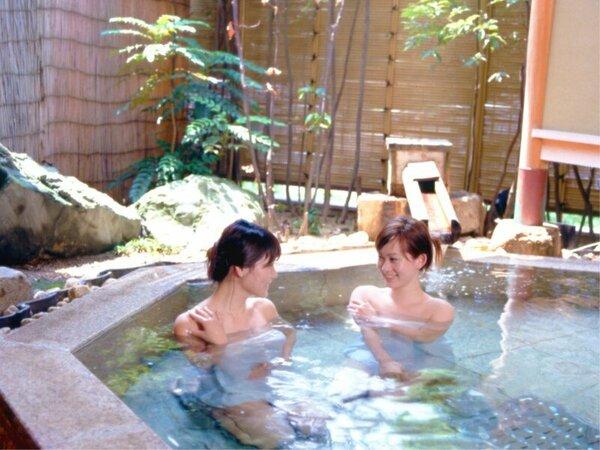 【女性露天風呂】御影石でできた露天風呂で気分も爽やかに。