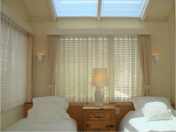 人気のある明るいツインベッドルームです。バスルームのあるお部屋です。3名様のご利用もできます。