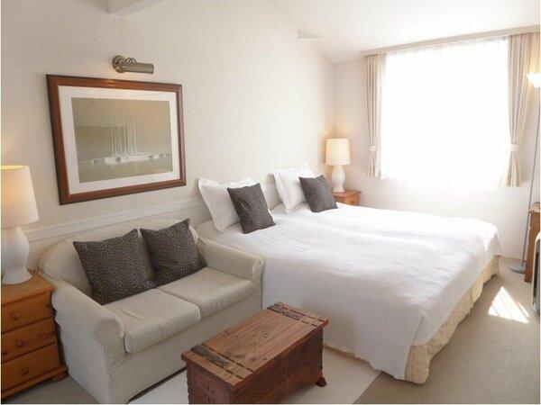 明るい洋室ツインのベッドルームです。3名様のご利用もできます。バスタブ付きシャワールームがあります。