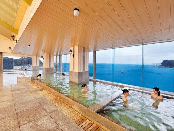 *【大浴場/内風呂】ふき抜ける開放感と大海原の眺望を楽しめる大浴場です。