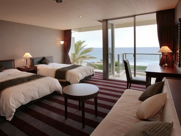 オーシャンフロント洋室は最大3名様までご宿泊いただけます。写真手前のソファがベッドに変わります。
