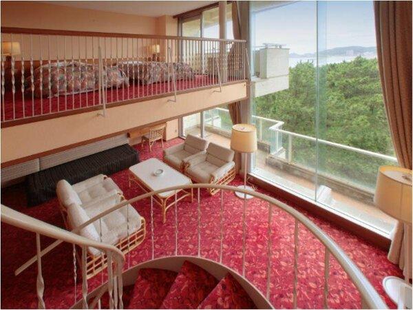 斜め方向に海をご覧いただけるメゾネットルーム。1階と中2階合わせて87平米の広い空間をお楽しみくださ