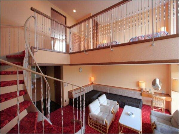 中2階付きのメゾネットルーム。1階と中2階は螺旋階段で結ばれております。