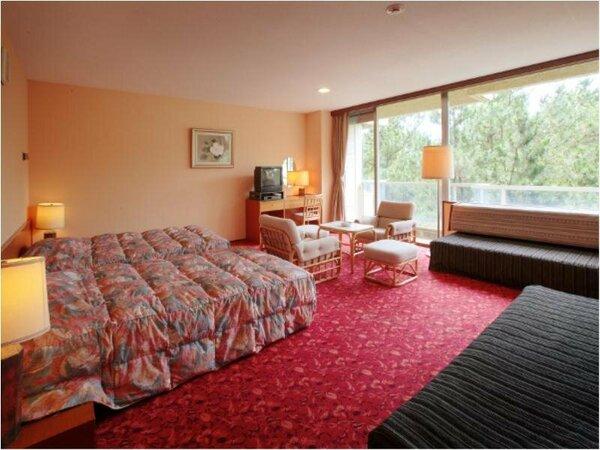 松林側洋室。海は全くご覧いただけませんが、広さ44平米とゆったり寛げる客室です。