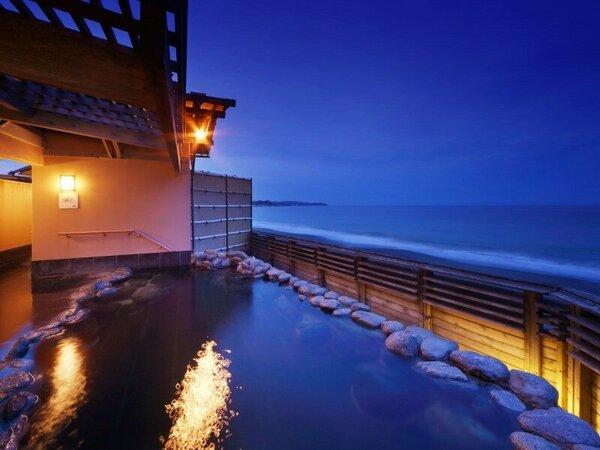 貸切露天風呂の夜の雰囲気。幻想的な海と潮騒に包まれてゆったりと・・・
