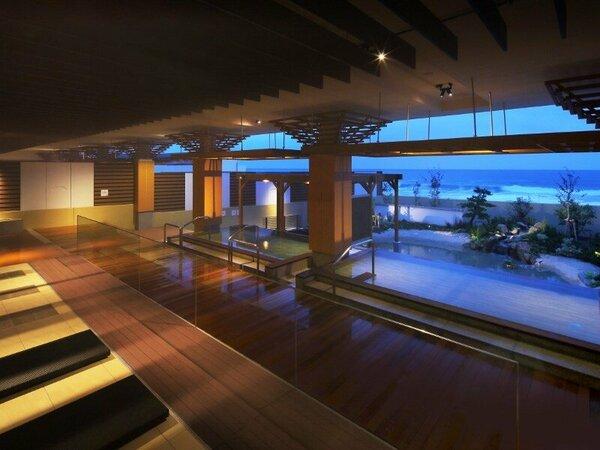 新しくオープンした温泉大浴場「海の回廊」。オープンエアの湯船からは海の景色をお楽しみいただけます。