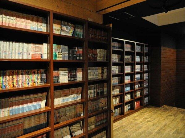 【ブックカフェ】1000冊以上の漫画や文庫をご用意しております。