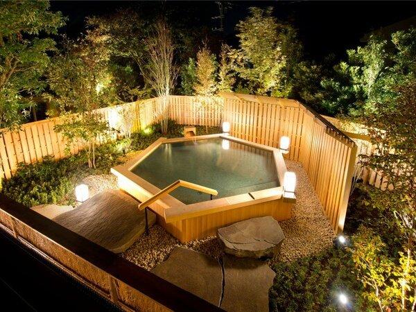 庭園露天風呂【葵】株立ちの雑木林に囲まれて