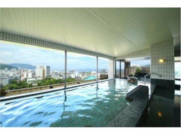 伊東市街を望む10階の大浴場