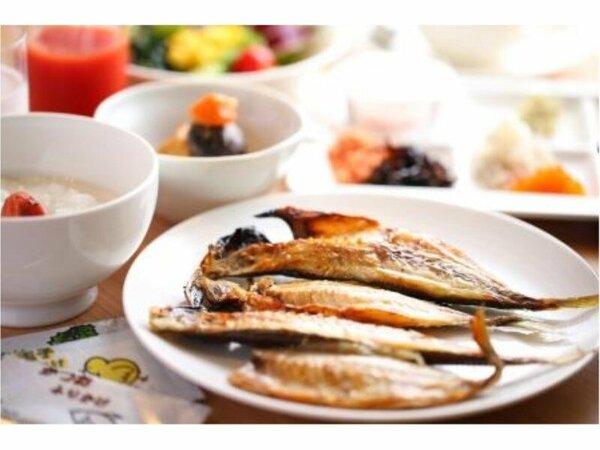 朝食はブッフェでのご用意。伊東の干物をご堪能ください。
